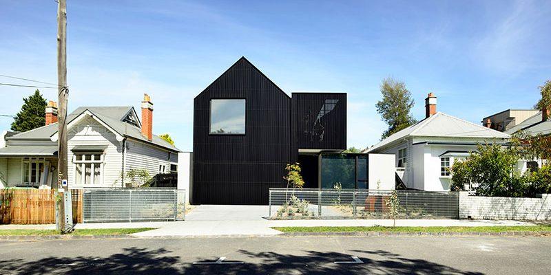 """""""Černá ovce"""" mezi bílými domy: Atypická stavba lže exteriérem"""
