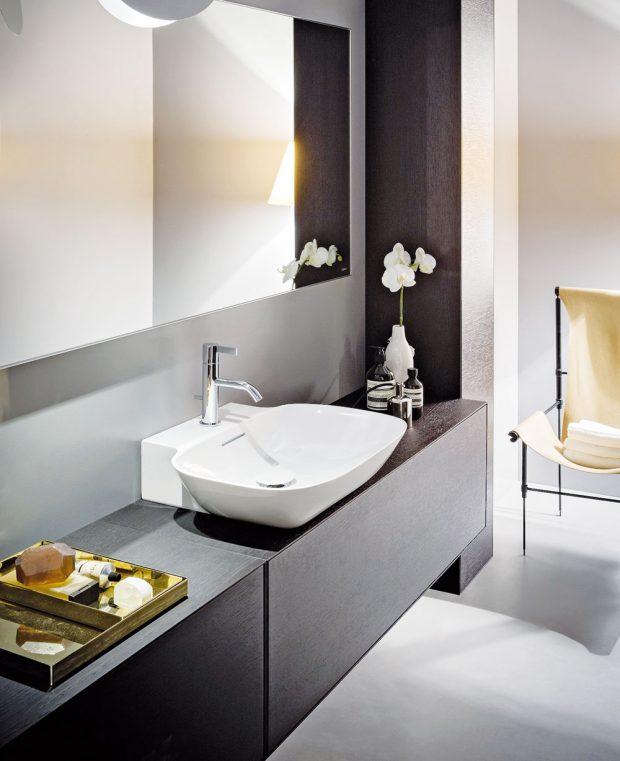 Kolekce sanitární keramiky Ino (Laufen), design Toan Nguyen, umyvadlo sultratenkou stěnou asubtilně působící vana jsou doplněny skříňkou pod umyvadlo, www.laufen.cz