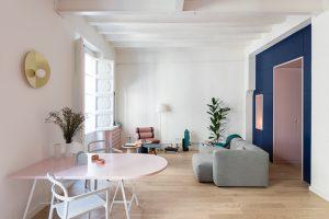 Hravé a veselé pojetí barev a designu v malém barcelonském bytě