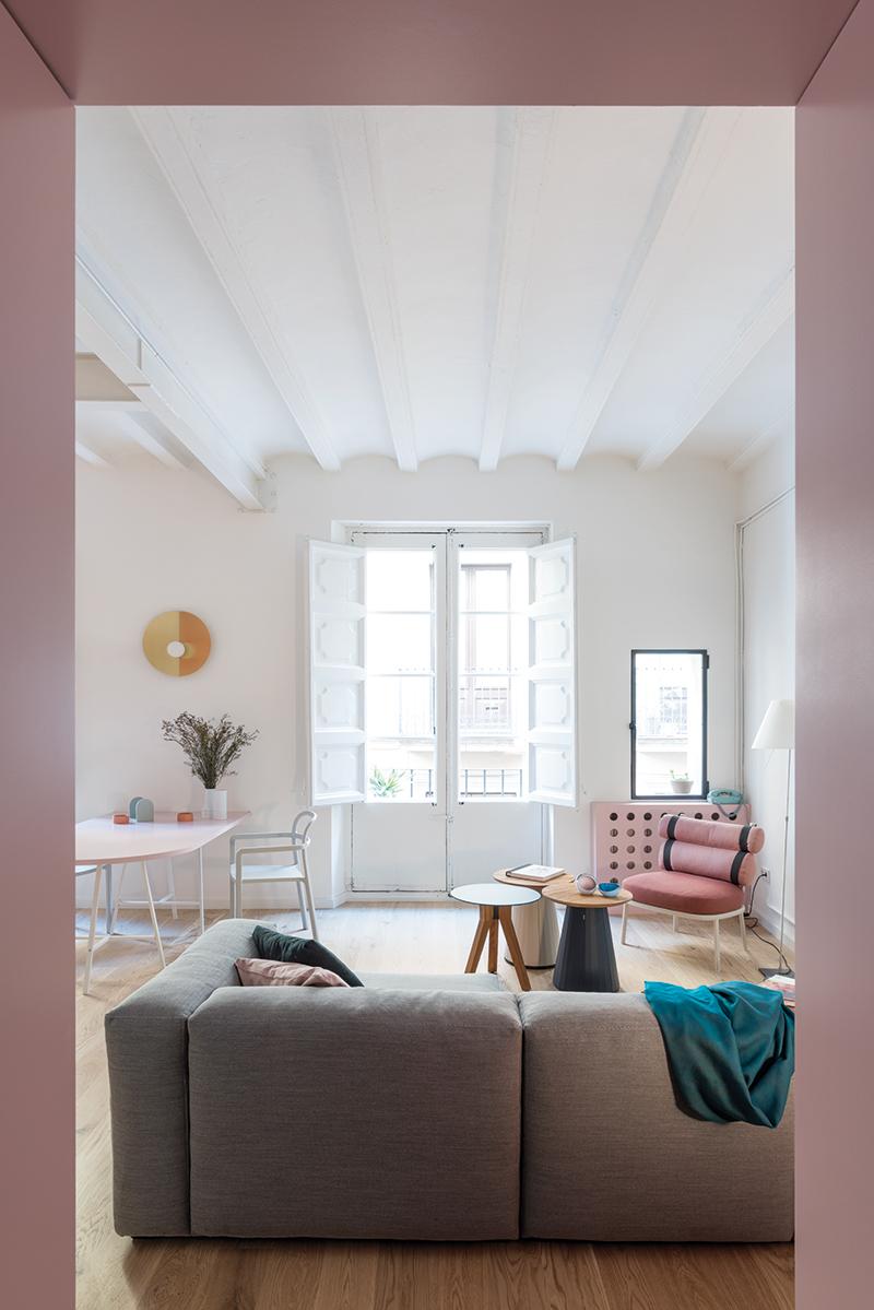 Při rekonstrukci byl stržen falešný strop a objevila se katalánská klenba s dřevěnými trámy. Tu nechali architekti natřít na bílo, aby dosáhli maximální světlosti interiéru.