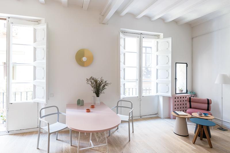 Pozornost byla věnována každému detailu, ať už to byly originální dřevěné okenice, vyřezávaný kryt na radiátor nebo jednotlivé zařizovací předměty. Vše bylo pečlivě sladěno, aby barvy, struktury i tvary vytvořily harmonické a energií nabité bydlení.
