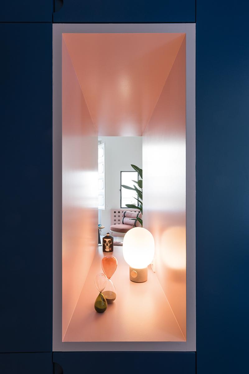 Krásným a zároveň praktickým detailem je 120 cm široká nika, která propouští denní světlo do malé předsíně a funguje jako dekorativní prvek.