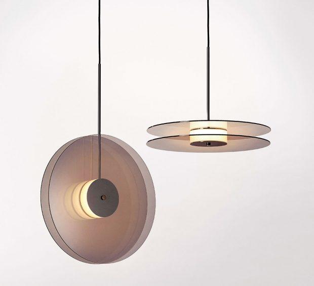 Stropní svítidlo Eclipse (Dechem), inspirace funkcionalismem a tehdy oblíbeným tvarem kruhu, pokovované sklo a mosaz, textilní šňůra, cena na dotaz, www.dechemstudio.com