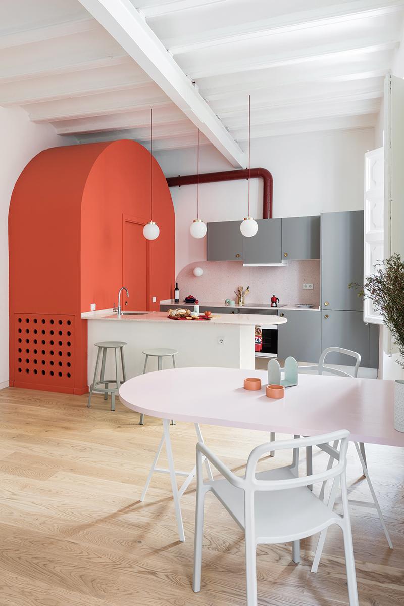 Nepříliš velký prostor pomohlo opticky zvětšit i propojení ploch. Dřevěná podlaha od Baltic Wood, stejně jako originální strop sjednocují obývací, jídelní a kuchyňskou zónu.