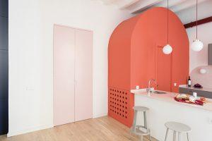 Světle růžové dveře vedou do ložnice, která je od zbytku bytu opravdu izolovaná a poskytuje veškeré potřebné soukromí.