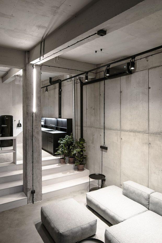 """Nejsou schody jako schody. Původní průhled zobývacího pokoje do spodního podlaží otvorem kolem užších schodů architekti oželeli aupřednostnili široké pobytové schody, které se staly součástí podlažní plochy. Vznikl tak propojený prostor kuchyně, jídelny aobývacího pokoje. """"Teď je to jedna velká místnost, kde se žije,"""" vysvětluje architekt Hubinský. """"Široké schody neslouží jen na přechod mezi dvěma úrovněmi, ale pravidelně se používají také jako další sezení, čímž je celá podlažní plocha využitá na maximum."""" FOTO LOUSY AUBER"""