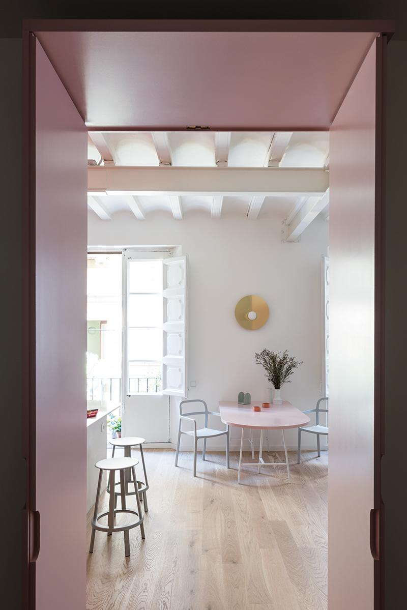 V jednoduchosti je krása. Byt není přeplněný nábytkem a ten, co tam je, působí subtilně a vyznačuje se jednoduchým designem. Barovky Revolver jsou od dánské značky Hay a jídelní židle Ypperlig pořídila Francesca v Ikea.