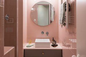 Koupelna majitelky bytu, do které se vchází pouze z ložnice, dodržuje barevnost bytu a stejný jednoduchý styl. Vybavená je především sanitou a armaturami od značky Roca.