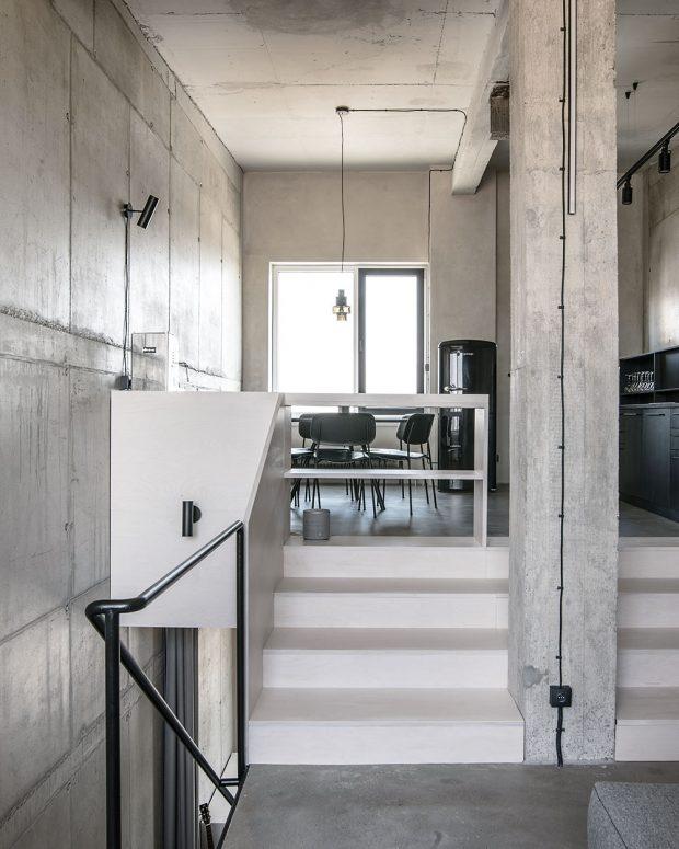 Základem celého interiéru je citlivý přístup kpůvodní architektuře – autoři respektovali podstatu apůvod budovy, aproto zachovali co nejvíce přiznaných betonových stěn. Aby na stropě zakryli neestetické stopy po stavbě, natřeli ho barvou, avšak odstínem co nejbližším betonu. FOTO LOUSY AUBER