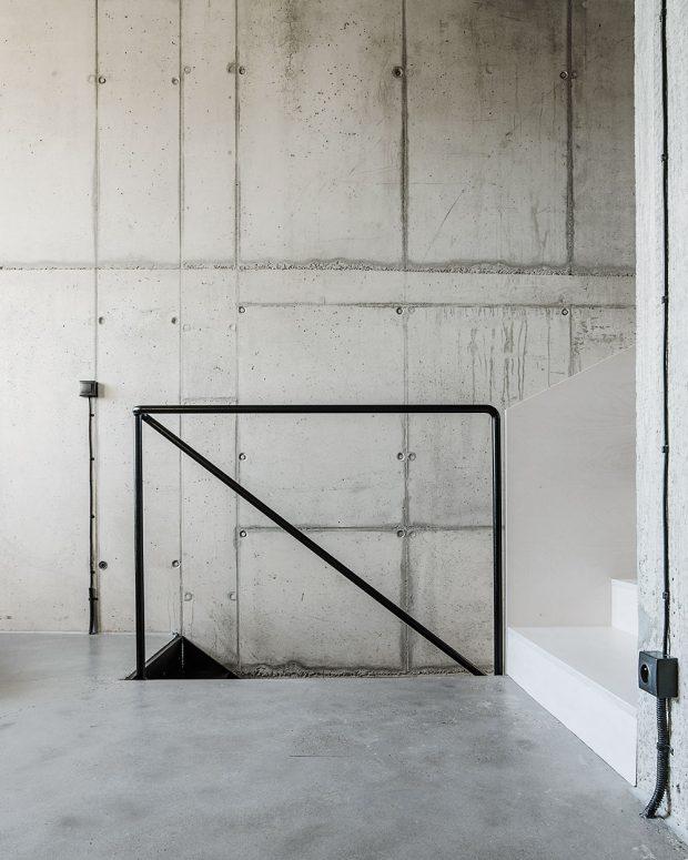 Betonové plochy tvoří jednotný obal interiéru: podlaha je zběžné cementové stěrky, která je vytmelená, vybroušená, nalakovaná avyleštěná; na betonové stěny aplikovali pouze penetrační nátěr, který je zakonzervoval. FOTO LOUSY AUBER