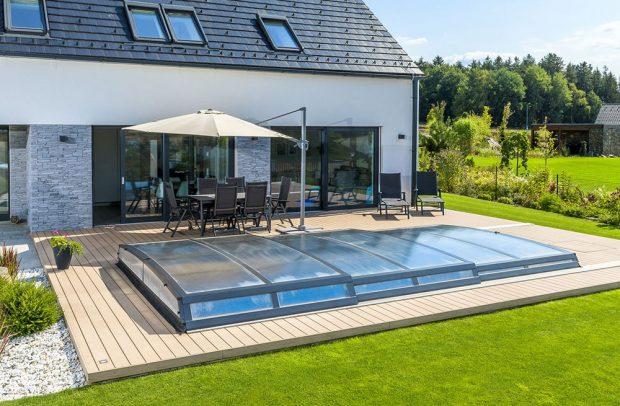 Extra ploché zastřešení bazénu Astra s maximálním důrazem na design pro ty, kdo dávají přednost dokonalému sladění zastřešeného bazénu s jejich vyladěnou zahradou. zdroj Mountfield
