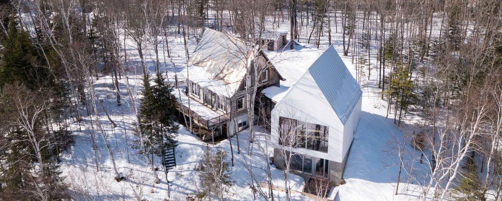 Jak zrekonstruovat starou chatu a nápaditě zvětšit její prostor?