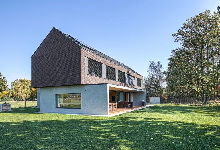 Moderní venkovský dům vytvořený z kombinace dvou kontrastních celků