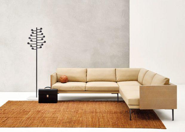 Pohovka Steeve (Arper), design Jean-Marie Massaud, nabízí se vrůzných variantách sestav apotahových látkách, kostra zlakovaných ocelových trubek, opěrky zbřezové překližky, cena na dotaz, www.konsepti.com