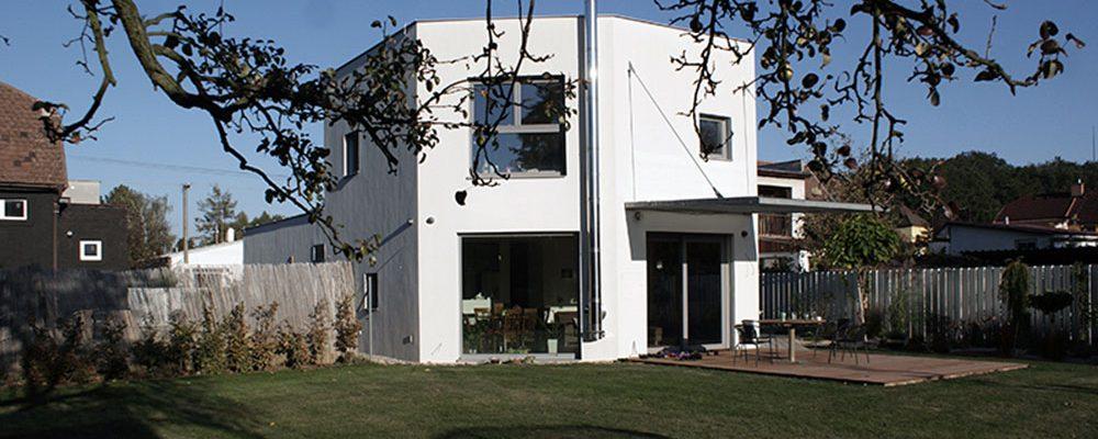 Bydlení pro čtyřčlennou rodinu s atypickým půdorysem domu ve tvaru mnohoúhelníku