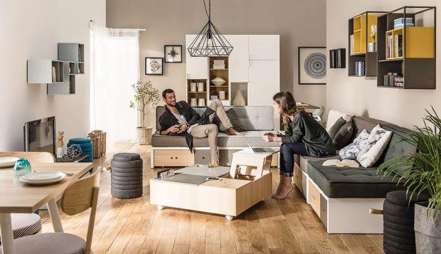 Vmalém bytě většinou chybí úložné prostory, proto je zcela jistě dobrou volbou lavice súložnými zásuvkami aflexibilní stolek, který lze rozložit ido výšky, azískat tak pohodlnější pracovní místo. FOTO BONAMI