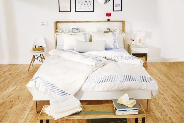 Kombinace bílé apřírodního dřeva je nadčasová asvědčí každému prostoru. Postel je opatřena čelem súložnými prostory apolicí. Lavice vnohách lůžka je praktická nejen kodložení polštářů nebo přehozů, ale ipři oblékání. Na nočním stolku je vše po ruce. Nemusí však být zobou stran postele. Dobře ho nahradí ipěkná židle. FOTO TCHIBO