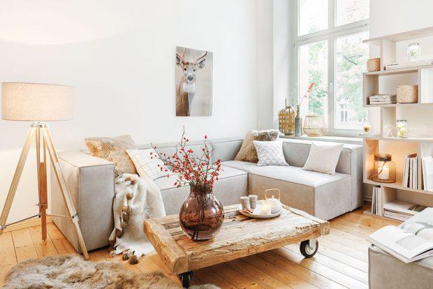 Bílá apřírodní dřevo jsou jasnou volbou do malých místností. Prostor působí vzdušně aútulně aprospívá mu iotevřená vysoká police, která pojme nejen knihy, ale idekorace, jež přispívají kpříjemnému pocitu domova. FOTO WESTWING