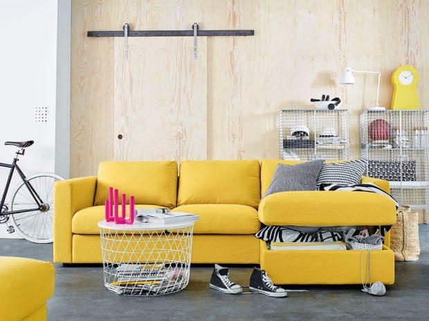 Drátěný nábytek vypadá subtilně, apokud jste schopni vjeho útrobách udržet pořádek, je na pohled ivelmi efektní. Můžete ho pak klidně doplnit robustní pohovkou, do které nacpete všechno, co by vpokoji udělalo nepořádek. Do stolku se vejdou rozečtené knihy ačasopisy aje uklizeno. FOTO IKEA