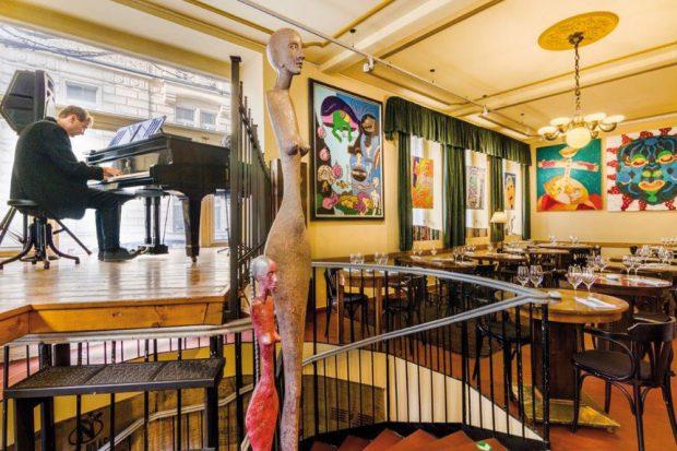 Živá hudba často plní prostor restaurace aumělecká díla dotvářejí skládačku vjemů apocitů ze skvělého jídla, pečlivě vybraných vín, piva alaskavé péče personálu. Luxusní večeři sživou hudbou si tu můžete dát každý den od 19:00 do 22:00. Místní muzikanti sem chodí hrát jazz, pop, blues, swing, Psion iflamenco. FOTO JIŘÍ HURT