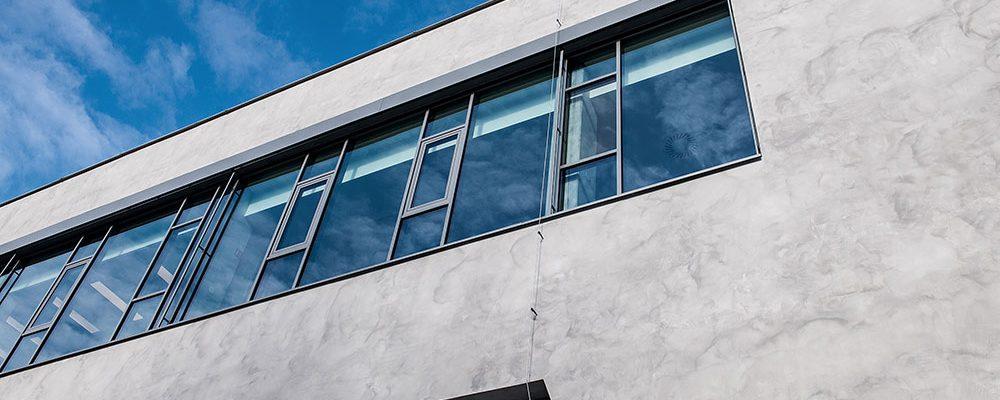 Fasáda s imitací betonu na nové budově SMS Elektro v Českých Budějovicích