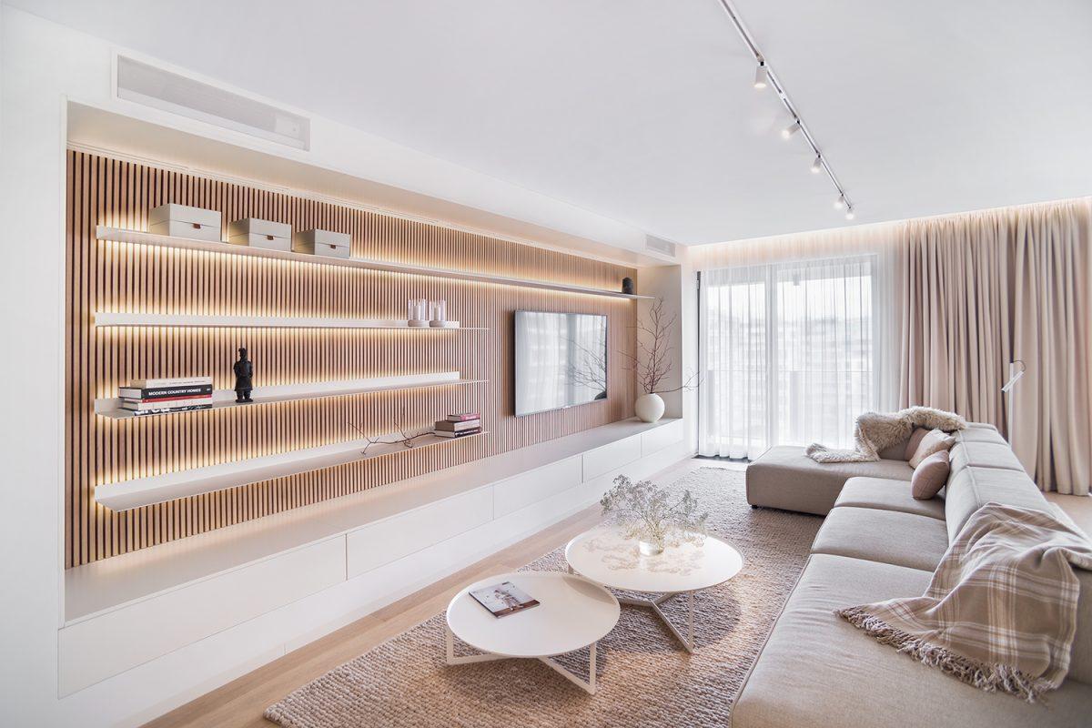 V severském stylu s příměsí japonského minimalismu: Byt v Karlíně s výhledem na Pražský hrad