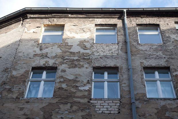 Podklad pro zateplování je třeba řádně očistit. Foto ISOVER.