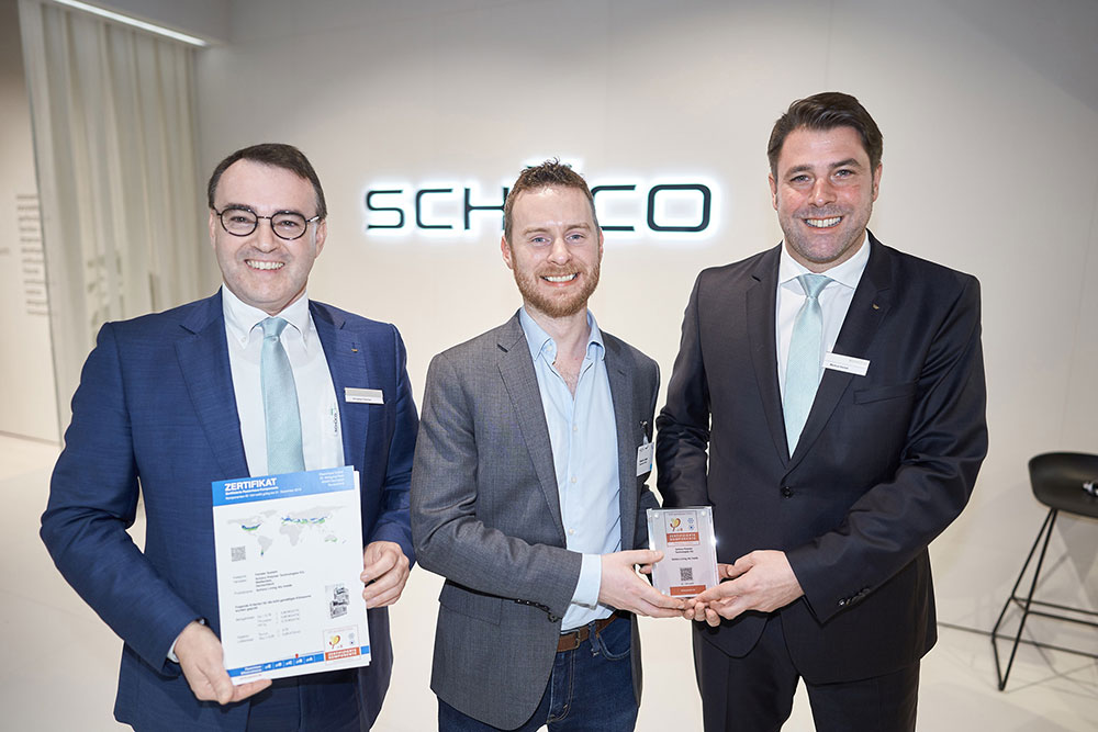 Edward Lowes (uprostřed) z Institutu pasivních domů (Passive House Institute) předává certifikát Markusi Herbstovi (vpravo), mluvčímu výkonného vedení společnosti Schüco Polymer Technologies KG, a Christianu Fischerovi, vedoucímu technologického oddělení společnosti Schüco Polymer Technologies KG. Zdroj fotografií: Schüco CZ