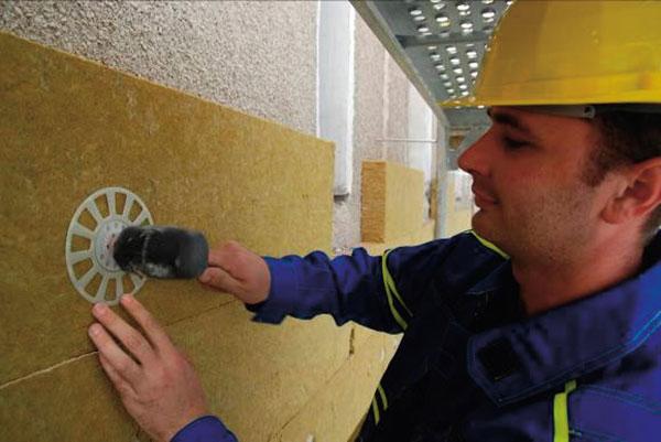 Správné kotvení desek z minerální vlny s použitím rozšiřujícího roznášecího talířku. Foto ISOVER.