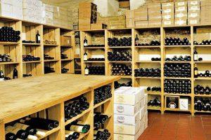 Vnabídce najdete více než 150 druhů vín zcelého světa. Svýběrem poradí zkušený personál podle toho, kjakému jídlu ho budete pít. FOTO JIŘÍ HURT