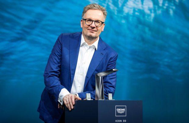 Baterie Icon 3D, první baterie společnosti GROHE vytvořená pomocí 3D tisku z kovu, kterou na veletrhu ISH 2019 v německém Frankfurtu nad Mohanem představil Michael Rauterkus, CEO společnosti GROHE. Zdroj: GROHE