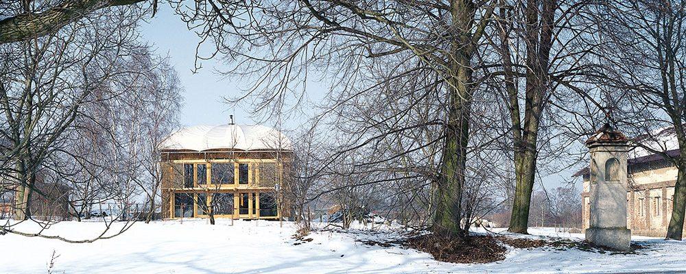 Ekologický dům ze slámy a z nepálených cihel inspiruje dodnes