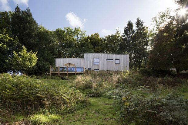 Velkou předností této netradiční rekreační dřevostavby je zahrada, kterou sice nezdobí záplava květin, ale svým parkovým charakterem plynule navazuje na okolní lesy. FOTO UNIQUE HOME STAYS UK