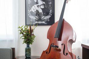 BAROVOU ATMOSFÉRU vdechují interiéru nejen obrázky muzikantů na stěnách, ale ivšudypřítomné hudební nástroje. Největší znich má svou pevnou pozici mezi kuchyní aobývacím pokojem, ato zcelkem praktického důvodu – kvůli jeho rozměrům by se vbytě nenašlo lepší místo. FOTO VENTURA PICTURES