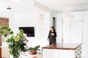 Otevřená středová část bytu slouží jako kuchyň sjídelnou aobývací pokoj. Na jednotlivé zóny dělí prostor velký pultový ostrov. FOTO ÉLÈNE LEVASSEUR