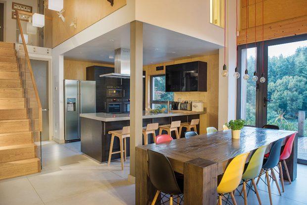 Hlavní společný obývací prostor je vzdušný, prosvětlený díky velkým oknům abarevně laděný do přírodních tónů svýraznějšími kontrasty pestrého nábytku. FOTO UNIQUE HOME STAYS UK