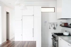 Vkuchyni, ač je spojená sjídelnou aobývacím pokojem, je dostatek úložných prostor jak na potraviny, tak ina kuchyňské vybavení. FOTO ÉLÈNE LEVASSEUR