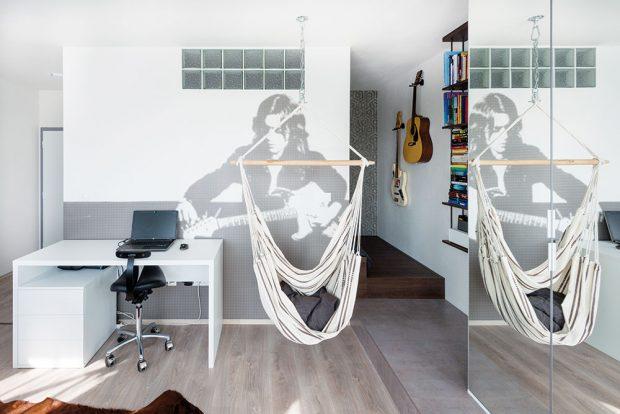STĚNA NA MÍRU. Jakmile mladé designérky zjistily, že tvoří prostor hudebníkovi, nápady se jen hrnuly. Svěží tapeta na stěně byla vyrobena na míru dle obrázkové předlohy. Obraz bluesrockového instrumentalisty Rory Gallagher včerno-bílé mozaice působí svěže ainspirativně. FOTO VENTURA PICTURES