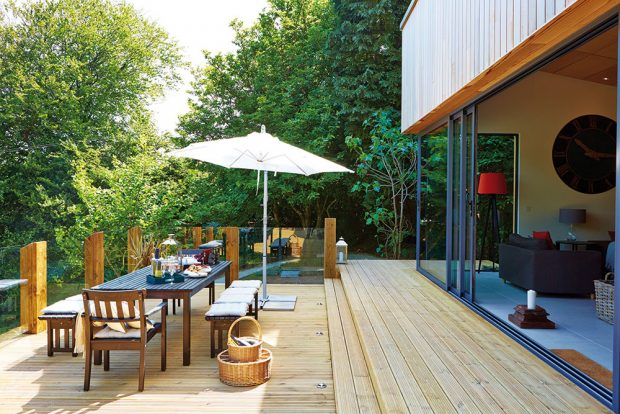 Volný přechod zobývacího pokoje na terasu svýhledem na zahradu aokolní zeleň je ideální dispozicí pro letní pobyt. FOTO UNIQUE HOME STAYS UK