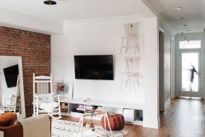 Když přijde návštěva ana pohovce není už žádné místo ksezení, domácí jednoduše sundají ze zdi židle aproblém je vyřešen. FOTO ÉLÈNE LEVASSEUR