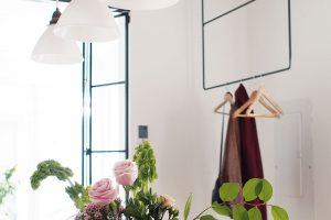 Interiér je plný zajímavých detailů spraktickým využitím, jako je třeba věšák na šaty nebo cokoli, co by třeba potřebovali návštěvníci na chvíli odložit. FOTO ÉLÈNE LEVASSEUR