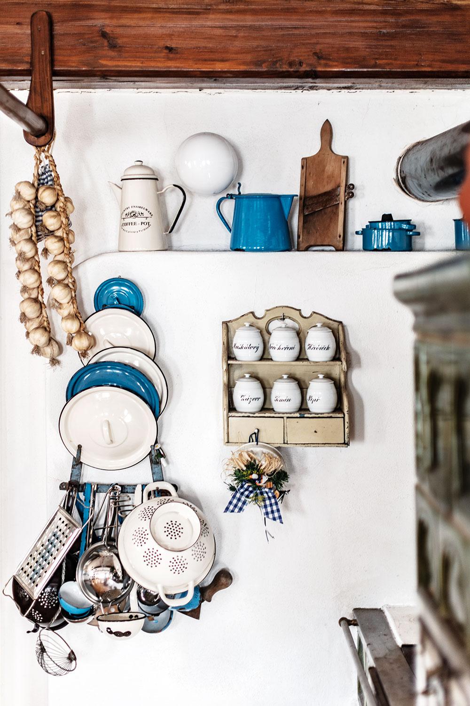 Vkuchyni je celá řada nádherného vybavení od různých kameninových dóz, forem na pečení bábovky, nebo starých pekáčků po babičce. Všechny jsou vpermanentním užívání, akdyž je majitelka nepotřebuje, dělají parádu. FOTO JIŘÍ HURT