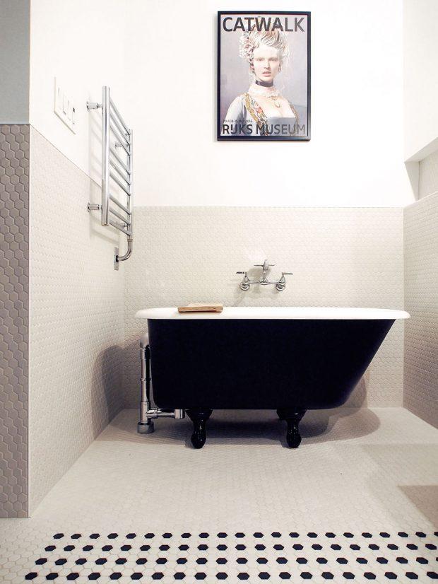 Vdostatečně velké koupelně je místo ina volně stojící vanu. Místo nepřátelsky tmavého vybavení koupelny zdevadesátých let nastolili architekti vmístě očisty puristický řád. FOTO ÉLÈNE LEVASSEUR