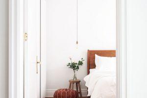 Ložnice je vzdušná, světlá anení vní navíc nic, co by rušilo odpočinek apohodu majitelů. FOTO ÉLÈNE LEVASSEUR