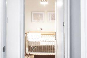 Světlý dětský pokoj je vyveden vkrémových odstínech asvětlém dřevě. FOTO ÉLÈNE LEVASSEUR