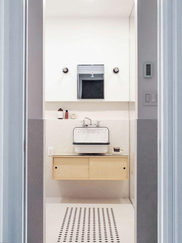 Umyvadlo je odděleno od zbytku koupelny krátkou stěnou. Stejně je řešena iprotilehlá strana, kde je umístěna toaleta. FOTO ÉLÈNE LEVASSEUR