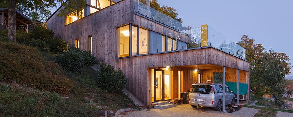 Terasovitá dřevostavba v strmém svahu s ekologickou zahradou