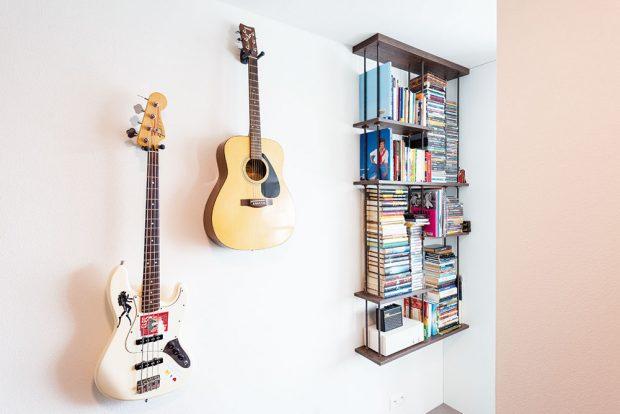 NA ČESTNÉM MÍSTĚ. Tři hudební nástroje atři kapely. Hudba je rozhodně Radovanovou srdeční záležitost. Sbírky svých oblíbených kazet aCD nosičů se nemíní vzdát. Své místo si našly vindustriálně laděné poličce uvstupu do ložnice. FOTO VENTURA PICTURES