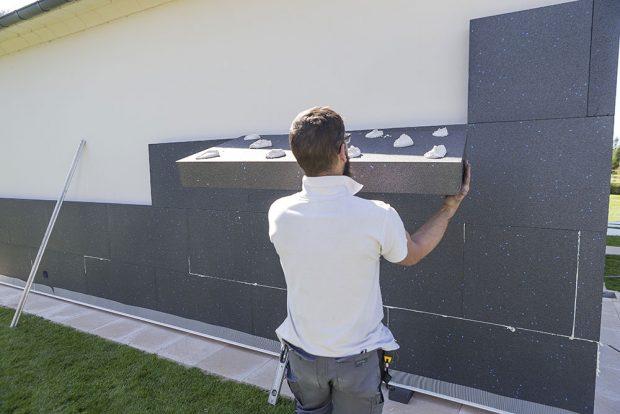 Ukázka špatně naneseného cementového lepidla na povrch fasádního EPS. Foto ISOVER
