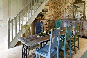 """""""Parádní pokoj"""". Vobdobí kolem 18. století si majetnější vrstvy rolníků afarmářů stavěly domy se dvěma pokoji, přičemž pro každodenní bydlení se používal pouze zadní. Přední místnost byla bohatě vyzdobena aměla především reprezentativní funkci. FOTO CHRISTOPHER DRAKE"""